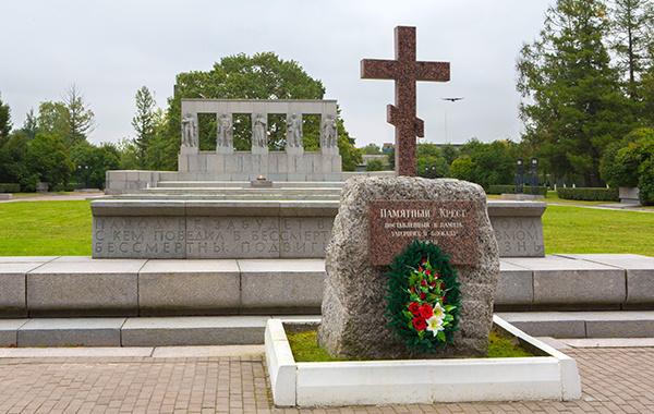 Монумент памяти ленинградцев, погибших в годы блокоды Ленинграда. Памятный крест